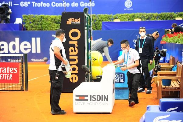 Equipo de Mullor desinfectando y limpiando elementos de la pista de tenis durante el Trofeo Barcelona Open Banc Sabadell – 68º Trofeo Conde de Godó.